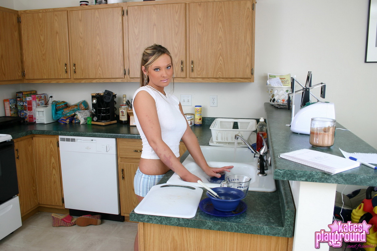 katesplayground-stina-doingdishes-03